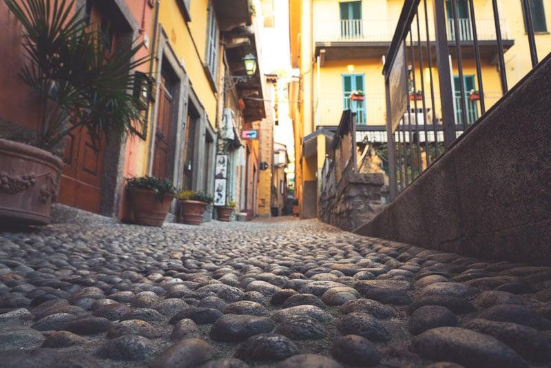 Wandelen door deze steile lanen kan een uitdaging zijn met een grote bagage